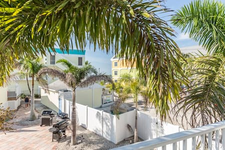 Sunrise Suite very cute new Studio  just south of the Pier. This efficiency is located over the shops on Estero and overlooks a lovely courtyard with gas grills and outdoor dining. Walk to everything in the area and enjoy the dining and nightlife.
