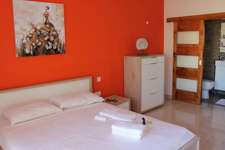 Great room with balcony and own bathroom + wifi - Żebbuġ
