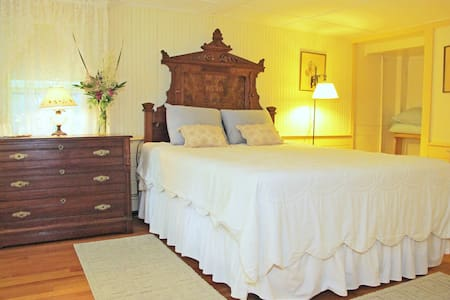 Hawks House Inn Room 1, Queen bed, Sleeps 2 - Walpole - Bed & Breakfast