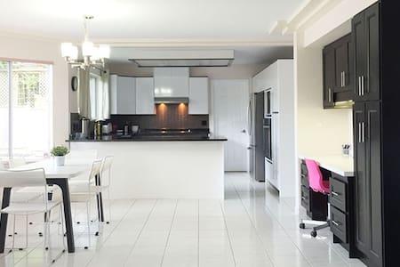 Nice Clean Room Great Location #201 - Burnaby - Haus
