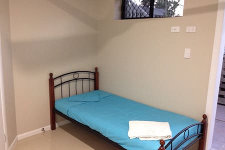 Small simple Room FREE WIFI - Aitkenvale
