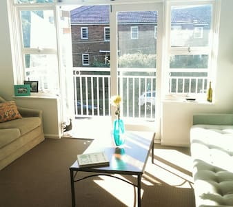 Sunny flat 10 min to city - Apartment