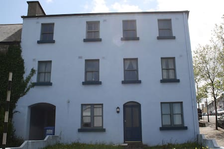 Two Bed Apt 100m from Town Centre