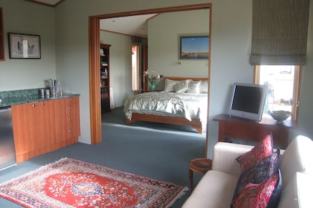 Lakeside Luxury Guest Suite, with private entry - Wanaka - House