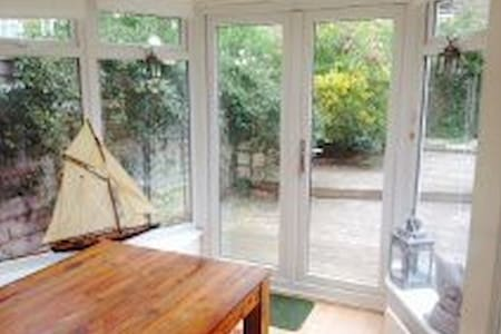 This is a lovely ground floor period garden flat right in the heart of Earlsfield. It is spacious yet also very cosy and the real bonus to this flat is the very sunny conservatory. Good neighbours, quiet residential tree lined road.