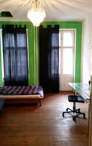 Nice Lighty Room in Kreuzkölln - Berlin - Appartement