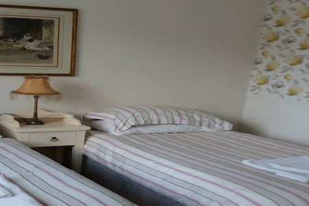 Fresh, Pretty and Sunny Double/Twin En-suite Room - Enniskerry - Hus