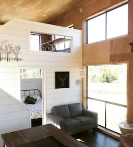 Modern Cabin with Loft, Full Kitchen, Views! - Dripping Springs - Cabane