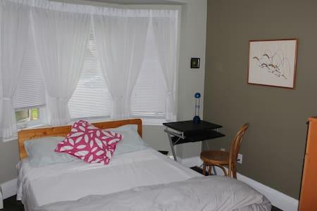 Bright, Sunny Room Yonge & Eglinton