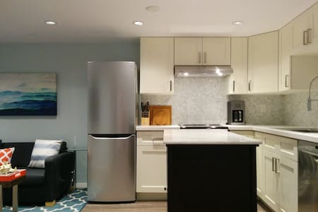 Private luxury suite near skytrain!