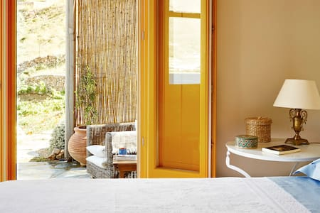 The Yellow Side b&b main house - Sérifos