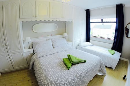 Double bedroom +sofa bed up to 3ppl - Dublin - Bed & Breakfast