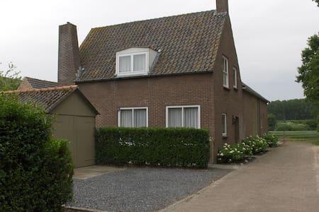 Sfeervol rustig gelegen vakantiehuis - Aardenburg