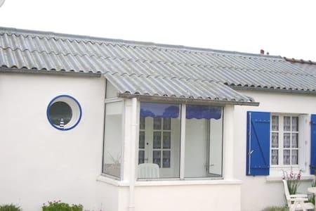 Petite maison en rez de jardin et en bord de mer - House
