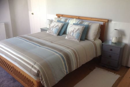 KingSize Bedroom near Beach & Town - Huis