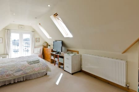 Riverside D Bedroom (15min to LHR) - Staines-upon-Thames - Maison