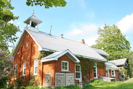 Picturesque School House Retreat - Ház