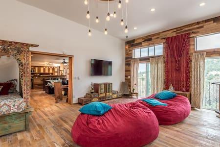 Sky Lodge/ 4000 feet of pure luxury / sleeps 12 - Maison