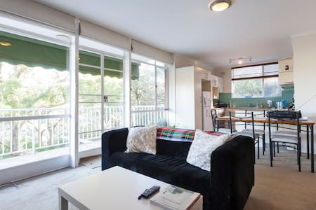 Enjoy staying in a private room in leafy, quiet, yet centrally located Wollstonecraft.