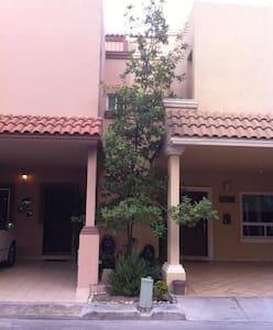 Cuarto amueblado casa residencial - Casa