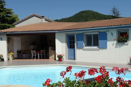 Chambre d'hôte indépendante piscine - Saint-Georges-les-Bains - Bed & Breakfast