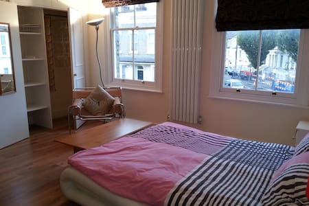 Large room + private bathroom Shepherds Bush Green - London - Hus