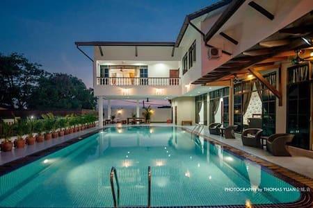 居銮首间别墅渡假屋民宿.超大的泳池 ,高档卡拉OK,环境优美、市区中心 - Villa