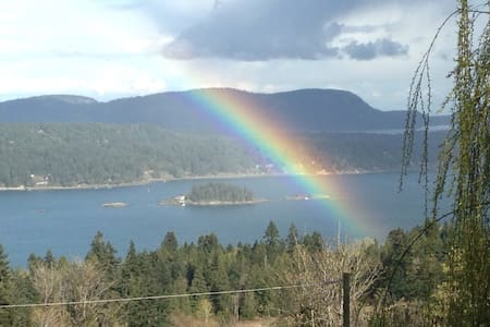 SWEET SUNRISE SUITE w/ hot tub - kid/pet friendly - Salt Spring Island - Apartment