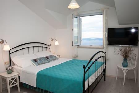 Large Studio Apartment w/Balcony - Lägenhet