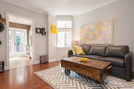 Peaceful & quiet bedroom on top floor of home overlooking garden in Toronto's centrally-located Upper Beaches.   Room has a very comfortable double bed, storage & closet.  Free street parking (read description for details before booking)