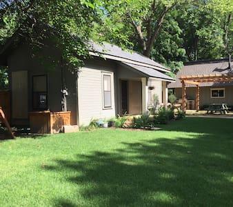 Charming DT Bentonville guest house - Bungaló