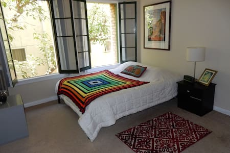 Be my guest at this peaceful, beautiful and sunny bedroom in the heart of Hollywood, behind the Chinese Theater, yet quiet and tranquil. Gorgeous trees outside the window with birds signing. Private bathroom and own entry door. Parking available.