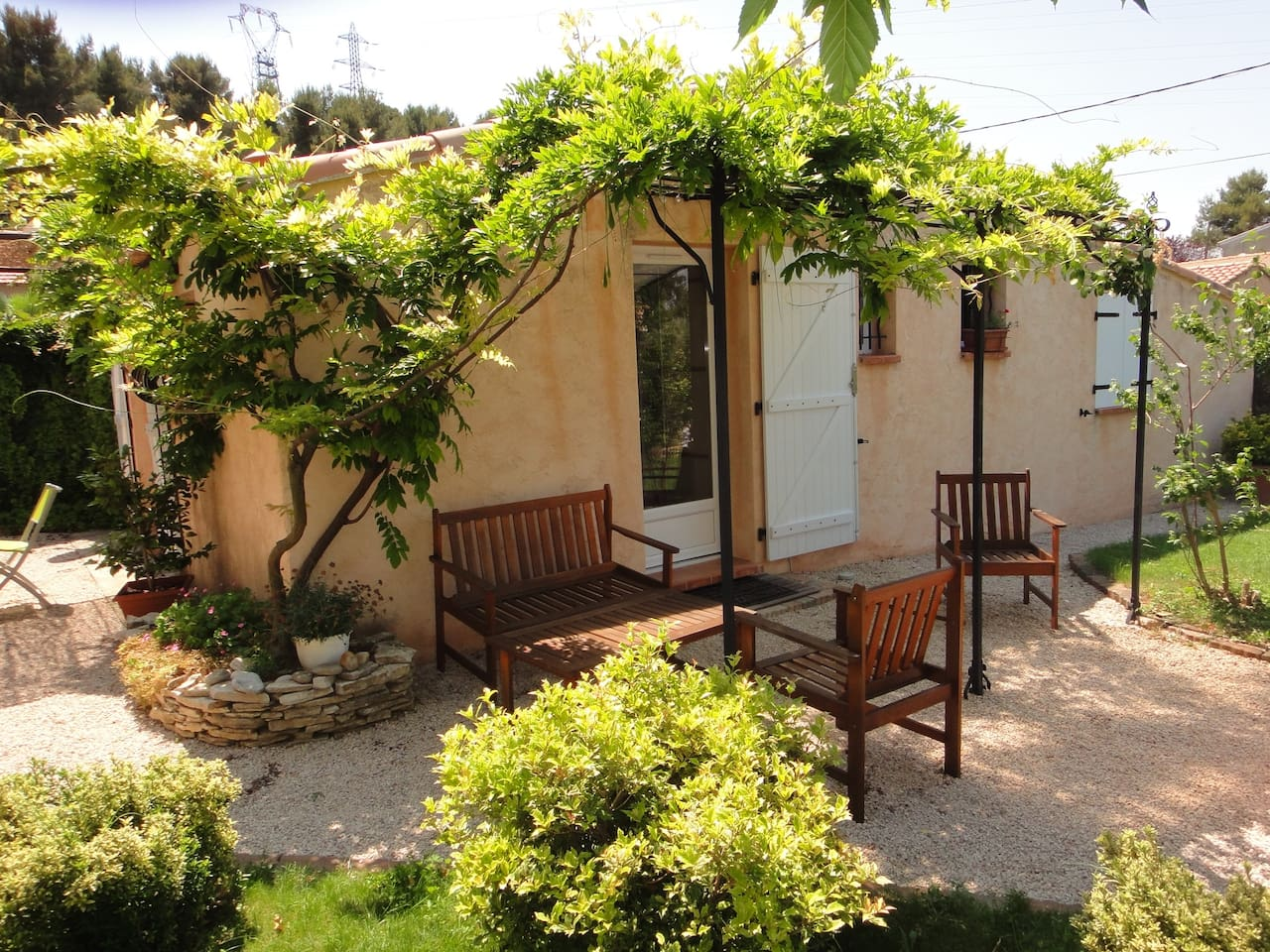 Little house with swimming pool in mimet - Decoration d un petit jardin ...