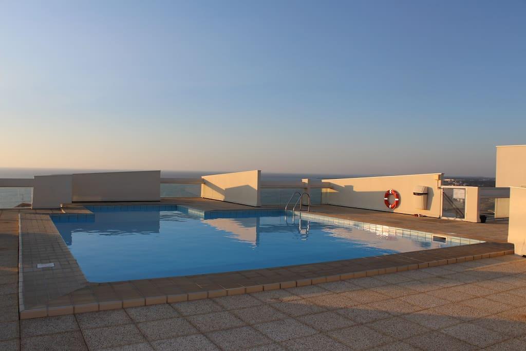La piscine sur le toit... époustouflante !