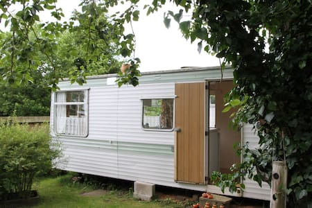 Ideal country retreat next to Birmingham & Worcester Canal, great for walking, wildlife many attractions within easy reach. Warwick castle, Avoncroft museum, Ragley hall, Hanbury hall, many more nearby.