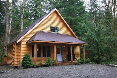 Mt. Baker Log Cabin: Hot Tub-Roku-Wifi-Sleeps 8 - Deming