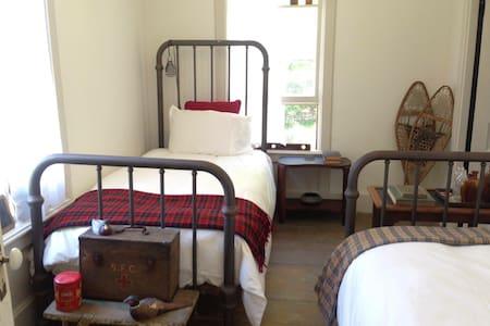 The DeWitt, Oak Hill: Room 49 - Bed & Breakfast