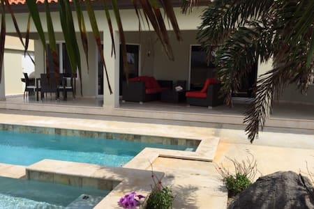 Cozy guestroom & pool - Noord