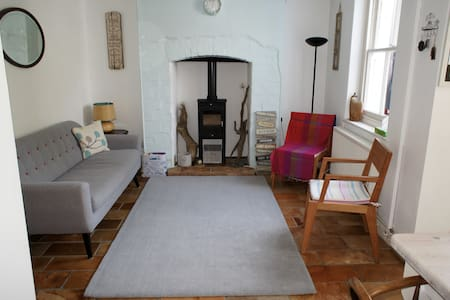 Lovely Braunton two-bed terrace with relaxed vibe - Braunton - Casa