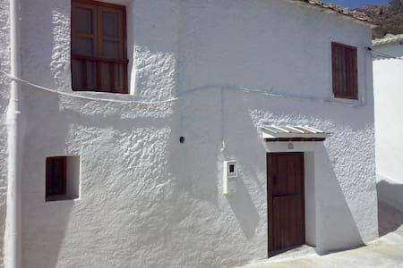 Casa con patio en Timar-Lobras. - House