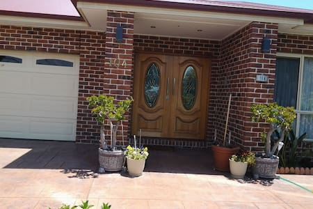 2nd bedroom in large modern home. - Dandenong - Hus