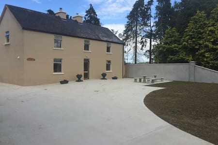 This is a 3 bed house with 3 separate family rooms to rent.Price is per room,all rooms are ensuites,with Tea?Coffee facilities,Saterlite Tv etc.There is a shared kitchen with cereals,eggs,cheese,bread,etc.The dining and seating area is shared also.There is free wifi ,plenty of parking,lake views etc.