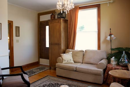 Builders Cottage Queen Room - Elora