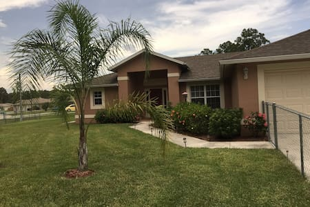Super nice 1-2 bedroom quiet area - Lehigh Acres - Dům