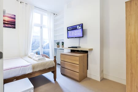 Cosiest Room in Fulham with Sky TV!