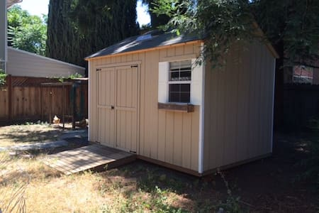 Cute backyard shed w/off-grid bath. - Santa Clara - Cabin