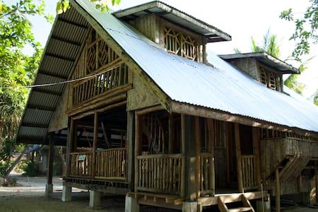 2-storey bamboo hut near the beach. - Skjul
