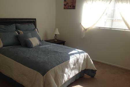 Pretty Bellflower Home, Los Angeles - Bellflower - Bed & Breakfast