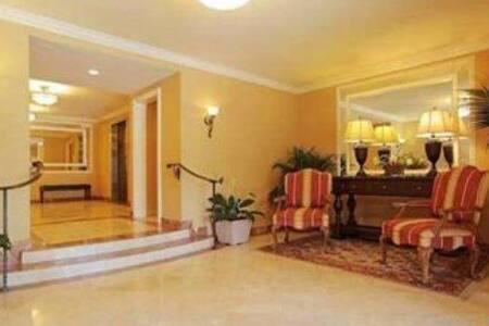 Centrally Located Modern Luxury - Los Angeles - Condominium