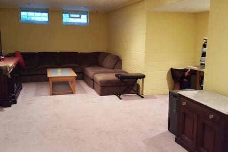 Comfy, Huge Finished Basement Room - South Euclid - Bungalow
